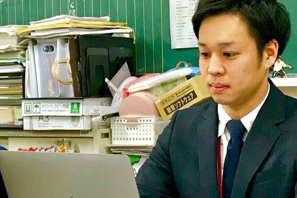 1c9dfa1801a 石川県の私立高校で英語教師をしている吉川さん。彼はあることがきっかけでミニマリスト生活を始め、昨年ついに家まで手放した。どんな変わった人なのか…