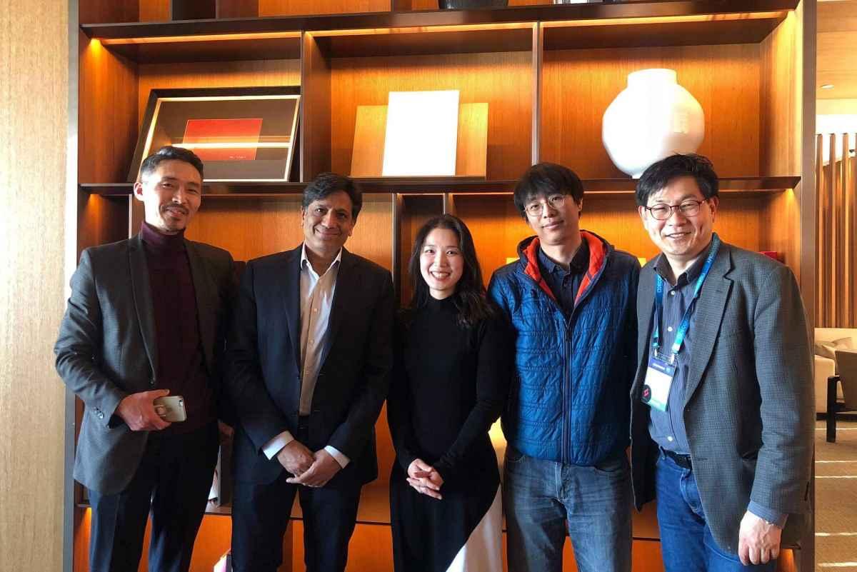 SEAKメンバーと海外コンサルタントのArun教授の一枚。右から2番目がHwanhyo Parkさん